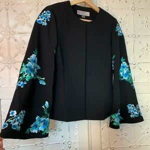 Bell sleeves with floral embroidery blazer